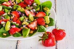 Salade met aardbeien, avocado's, spinazie Royalty-vrije Stock Fotografie