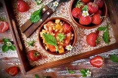 Salade met aardbeien, geroosterde kaas en groene salade Stock Fotografie