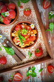Salade met aardbeien, geroosterde kaas en groene salade Royalty-vrije Stock Foto