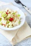Salade met appelen en selderie op een witte plaat Stock Fotografie