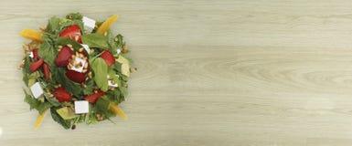 Salade met arugula, aardbeien en kaas stock afbeelding
