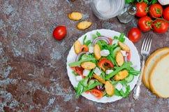 Salade met arugula, kaas, tomaten, komkommers en crackers royalty-vrije stock fotografie