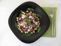 Salade met aubergines, data en kekers royalty-vrije stock foto