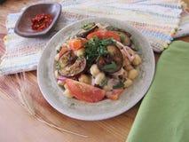 Salade met aubergines en kekers stock foto's