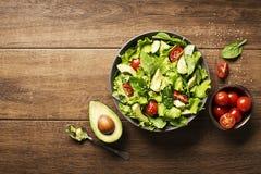 Salade met avocado en tomaat stock foto's