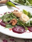 Salade met biet en geitkaas Stock Afbeelding