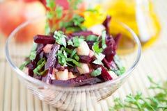 Salade met bieten, appelen, en zoet basilicum Royalty-vrije Stock Afbeeldingen