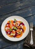 Salade met bieten, sinaasappelen en zachte kaas op een witte plaat Stock Afbeeldingen