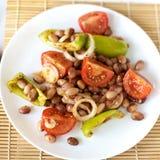 Salade met bonen en groenten op een witte plaat Stock Foto's