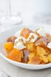 Salade met dadelpruim, mandarijntjes en de verticaal van de geitkaas Royalty-vrije Stock Fotografie