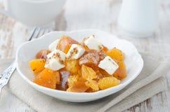 Salade met dadelpruim, mandarijntjes en geitkaas Royalty-vrije Stock Foto