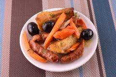Salade met de wortel van de olijvenworst Stock Foto