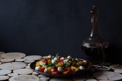 Salade met een kop van wijn en een glas stock afbeeldingen