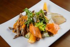 Salade met eend en oranje saus stroken van eend die in stroken worden gesneden Royalty-vrije Stock Foto's
