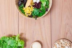 Salade met eieren, kantaloep, broodnoot en groene groente in houten plaat Stock Afbeelding