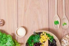 Salade met eieren, kantaloep, broodnoot en groene groente in houten plaat Royalty-vrije Stock Fotografie
