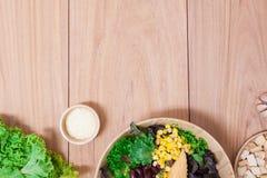Salade met eieren, kantaloep, broodnoot en groene groente in houten plaat Stock Fotografie