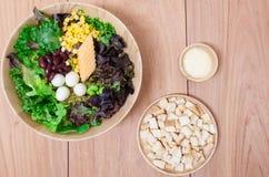 Salade met eieren, kantaloep, broodnoot en groene groente in houten plaat Royalty-vrije Stock Foto's