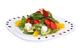 Salade met feta-kaas en groenten, arugula, aardbeien royalty-vrije stock afbeelding