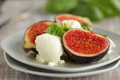 Salade met fig. en geitkaas. Stock Foto