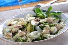 Salade met forel en eieren stock foto's