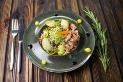 Salade met gans en verse peer stock afbeeldingen