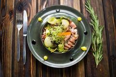 Salade met gans en verse peer stock afbeelding