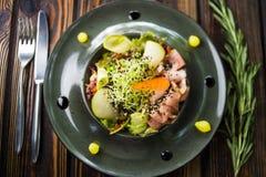 Salade met gans en verse peer stock foto's
