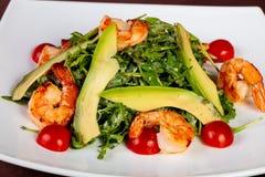 Salade met garnaal en avocado stock foto