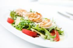 Salade met garnalen stock afbeeldingen