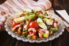 Salade met garnalen, avocado, olijven en eieren Stock Afbeelding