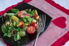 Salade met garnalen en mango Royalty-vrije Stock Foto's