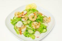 Salade met garnalen en verse groenten Stock Afbeelding