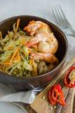 Salade met garnalen, kool en kappertjes Royalty-vrije Stock Foto's