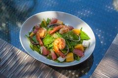 Salade met garnalen op de lijst stock fotografie