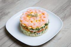 Salade met garnalen op een witte plaat Stock Foto