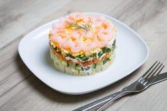 Salade met garnalen op een witte plaat Royalty-vrije Stock Foto