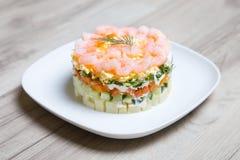 Salade met garnalen op een witte plaat Royalty-vrije Stock Afbeelding
