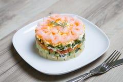 Salade met garnalen op een witte plaat Royalty-vrije Stock Afbeeldingen