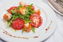 Salade met garnalen, tomaten en arugula Royalty-vrije Stock Afbeeldingen