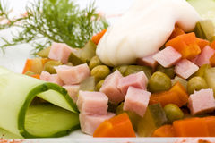 Salade met geassorteerde greens, gebraden varkensvlees, wortelen, croutons, parmezaanse kaaskaas, en paddestoelen Stock Fotografie