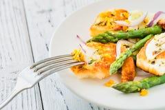 Salade met gebraden dicht omhoog halloumi, asperge en oranje schil Stock Afbeeldingen
