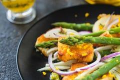 Salade met gebraden dicht omhoog halloumi, asperge en oranje schil Royalty-vrije Stock Foto