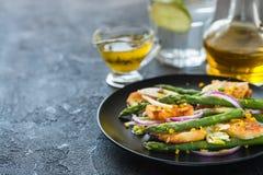 Salade met gebraden halloumi, asperge en de oranje ruimte van het schilexemplaar Stock Foto's
