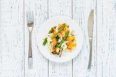 Salade met gebraden halloumi, asperge en oranje schil Hoogste mening Royalty-vrije Stock Afbeelding