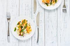 Salade met gebraden halloumi, asperge en oranje schil Hoogste mening Royalty-vrije Stock Afbeeldingen