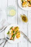 Salade met gebraden halloumi, asperge en oranje schil Hoogste mening Stock Fotografie