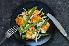 Salade met gebraden halloumi, asperge en oranje schil Hoogste mening Stock Foto