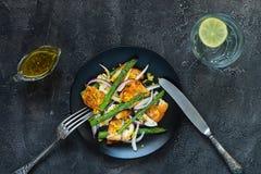 Salade met gebraden halloumi, asperge en oranje schil Hoogste mening Royalty-vrije Stock Foto