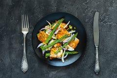 Salade met gebraden halloumi, asperge en oranje schil Hoogste mening Stock Afbeeldingen
